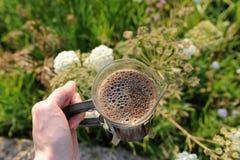 Abra a imprensa do francês com café à disposição recentemente fabricado cerveja da espuma no fundo da natureza imagem de stock