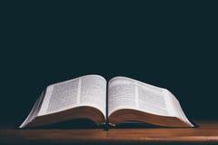 Abra la biblia fotografía de archivo