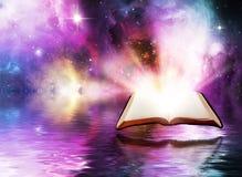 Abra la biblia con el fondo del espacio foto de archivo libre de regalías