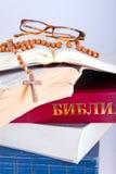 Abra la biblia con el rosario y los vidrios imagen de archivo libre de regalías