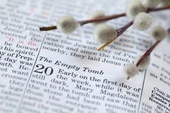 Abra la biblia con el texto en Juan 20 sobre la resurrección Imágenes de archivo libres de regalías