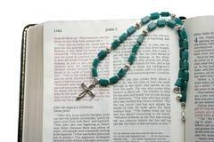 Abra la biblia con la cruz de plata Fotografía de archivo