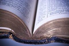 Abra la biblia con los bordes del oro foto de archivo libre de regalías