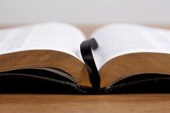 Abra la biblia en el escritorio Foto de archivo