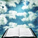 Abra la biblia con el cielo del Grunge Fotos de archivo