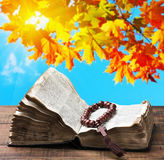 Abra la biblia y el rosario de madera Fotografía de archivo libre de regalías