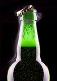 Abra la botella de cerveza mojada Imágenes de archivo libres de regalías