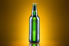 Abra la botella de cerveza mojada Imagenes de archivo