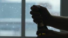 Abra la botella verde con champán metrajes