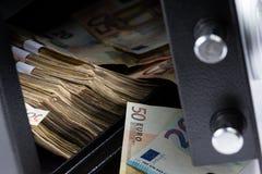 Abra la caja de depósito seguro, pila de dinero del efectivo, euros Imágenes de archivo libres de regalías