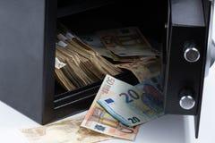 Abra la caja de depósito seguro, pila de dinero del efectivo, euros Foto de archivo libre de regalías