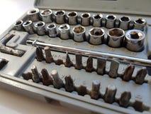 Abra la caja de herramientas gris con los accesorios del destornillador Imagen de archivo