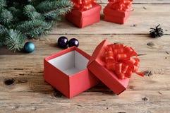Abra la caja de la Navidad en una tabla de madera Fotos de archivo libres de regalías