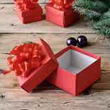 Abra la caja de la Navidad en una tabla de madera Imagen de archivo