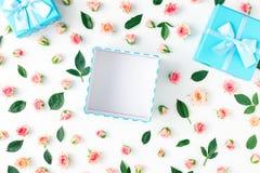 Abra la caja de regalo azul con las rosas rosadas en el fondo blanco Imagen de archivo libre de regalías
