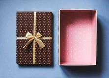Abra la caja de regalo elegante en concepto azul de los días de fiesta del fondo Imágenes de archivo libres de regalías