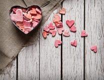Abra la caja de regalo en forma de corazón con los pequeños corazones Imagen de archivo
