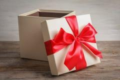 Abra la caja de regalo en la tabla imagen de archivo
