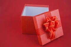 Abra la caja de regalo roja en el fondo blanco por Año Nuevo o chrismas Foto de archivo libre de regalías