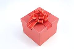 Abra la caja de regalo roja en el fondo blanco por Año Nuevo o chrismas Imagen de archivo