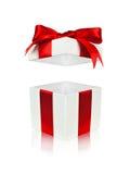 Abra la caja de regalo roja y blanca con la tapa flotante Imagenes de archivo