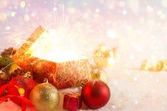 Abra la caja de regalo y la Navidad ligera de los fuegos artificiales, la Feliz Navidad y la Feliz Año Nuevo Fotos de archivo libres de regalías