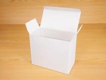 Abra la caja en el fondo de madera Fotos de archivo libres de regalías