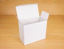 Abra la caja en el fondo de madera Foto de archivo