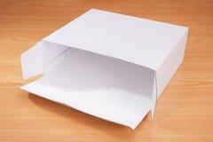 Abra la caja en el fondo de madera Imagenes de archivo