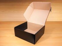 Abra la caja en el fondo de madera Imágenes de archivo libres de regalías