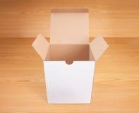 Abra la caja en el fondo de madera Fotografía de archivo