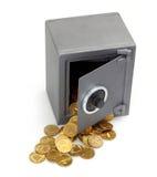 Abra la caja fuerte con las monedas foto de archivo