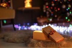Abra la caja y el árbol de navidad de regalo fotos de archivo