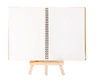 Abra la carpeta de anillo del diario en el pequeño trípode para pintar aislado encendido Fotografía de archivo