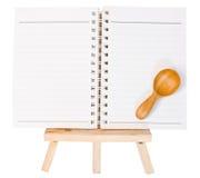 Abra la carpeta de anillo del diario en el pequeño trípode para pintar aislado encendido Foto de archivo