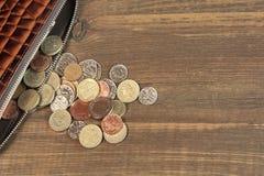 Abra la cartera de cuero negra masculina de Brown con diversa moneda británica Fotografía de archivo libre de regalías