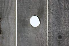 Abra la cerca de madera del agujero de nudo. Fotos de archivo