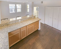 Abra la cocina con la barra grande en la casa urbana de San Diego foto de archivo libre de regalías