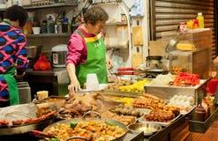 Abra la cocina del restaurante de comida rápida oriental y de comidas frescas Foto de archivo libre de regalías