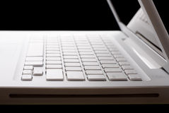 Abra la computadora portátil blanca en un fondo negro Fotos de archivo libres de regalías