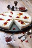 Abra la empanada del queso con los melocotones y las pasas rojas Imagenes de archivo