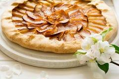Abra la empanada o el galette con las manzanas Foto de archivo libre de regalías