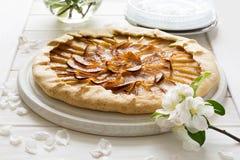 Abra la empanada o el galette con las manzanas Imágenes de archivo libres de regalías