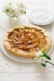 Abra la empanada o el galette con las manzanas Foto de archivo
