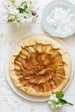 Abra la empanada o el galette con las manzanas Fotos de archivo