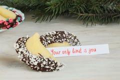 Abra la Feliz Año Nuevo de la galleta de la suerte Imágenes de archivo libres de regalías