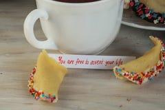 Abra la Feliz Año Nuevo y el té de la galleta de la suerte Fotos de archivo libres de regalías