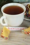 Abra la Feliz Año Nuevo y el té de la galleta de la suerte Foto de archivo
