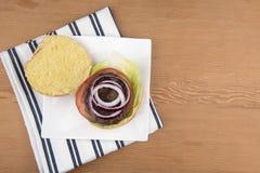 Abra la hamburguesa de la carne de vaca con la ensalada Imagen de archivo