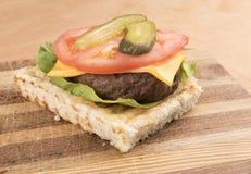 Abra la hamburguesa de la carne de vaca con la ensalada Fotos de archivo